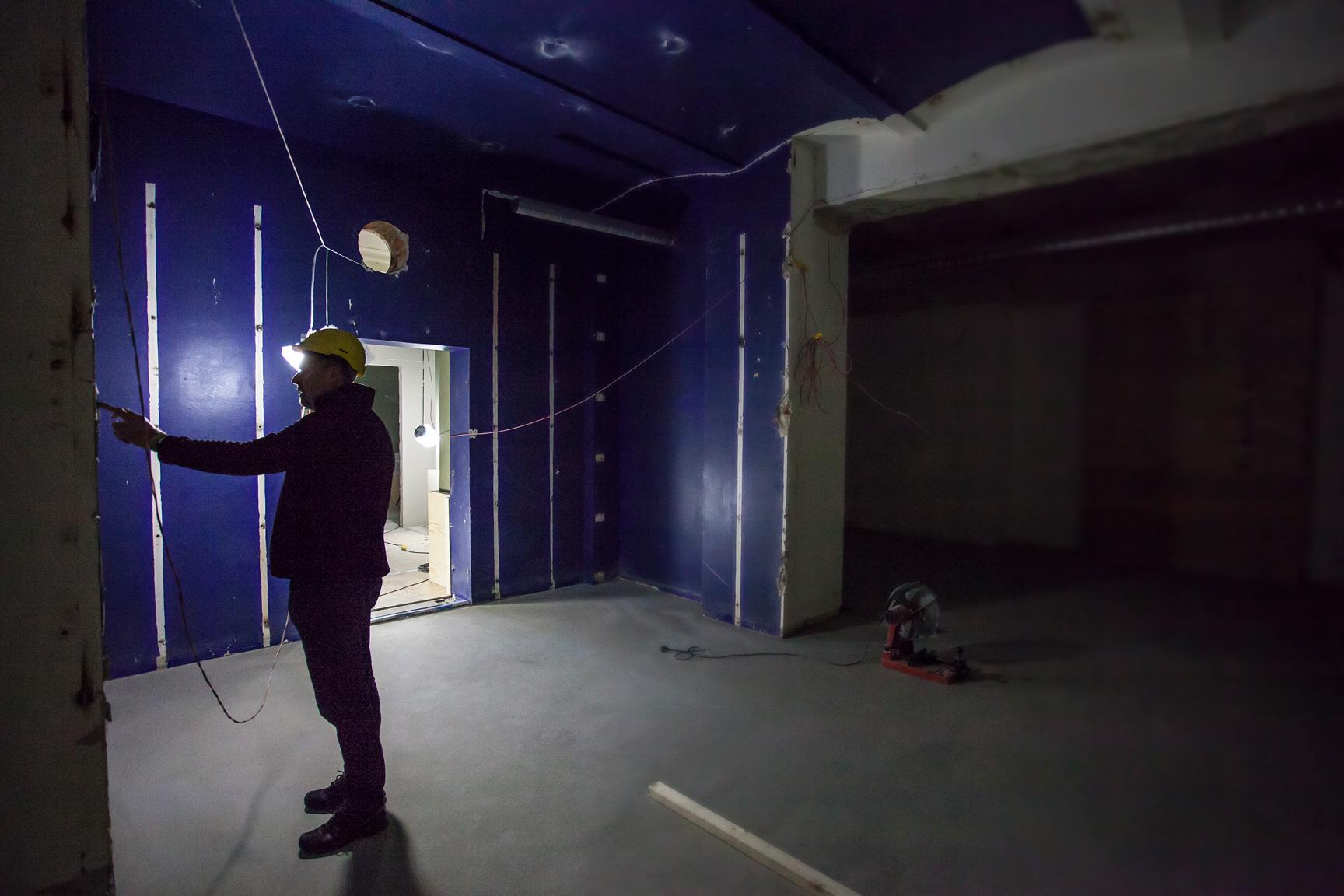 Gamla uställningssalen med blå väggar.