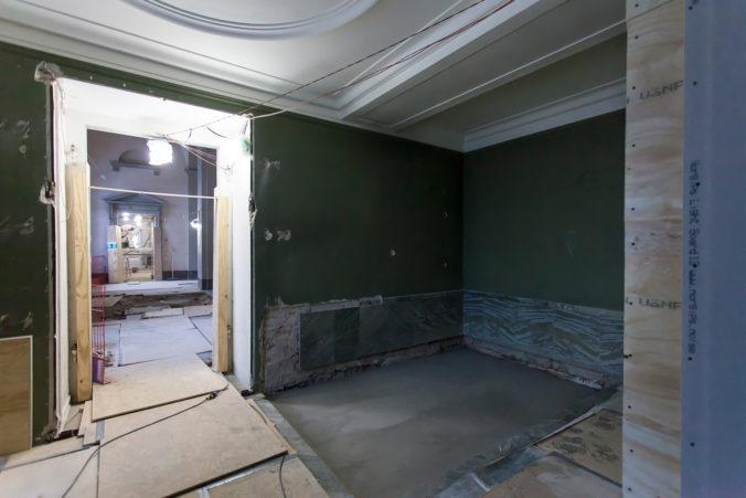 Gamla uställningssalen med gröna väggar.