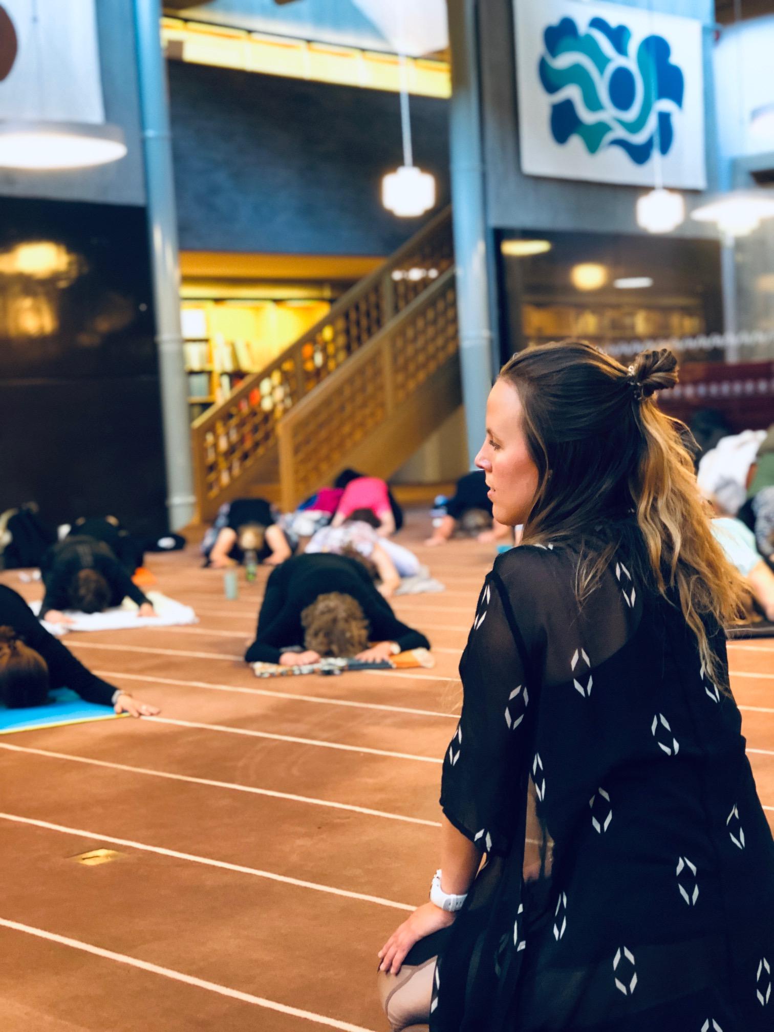 Yogainstruktören Josefin framför sin klass. Yogainstructor Josefin in front of her class