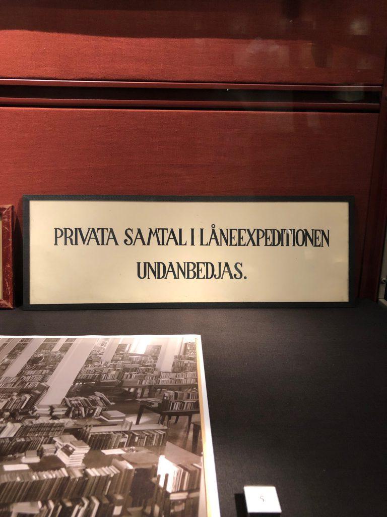 Gammal skylt från låneexpeditionen. Old sign from the information desk at Carolina.